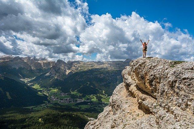 femme en haut d'un grand sommet